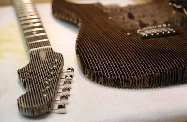 gitarre-aus-karton-signal-snowboards-detail-paperdesc